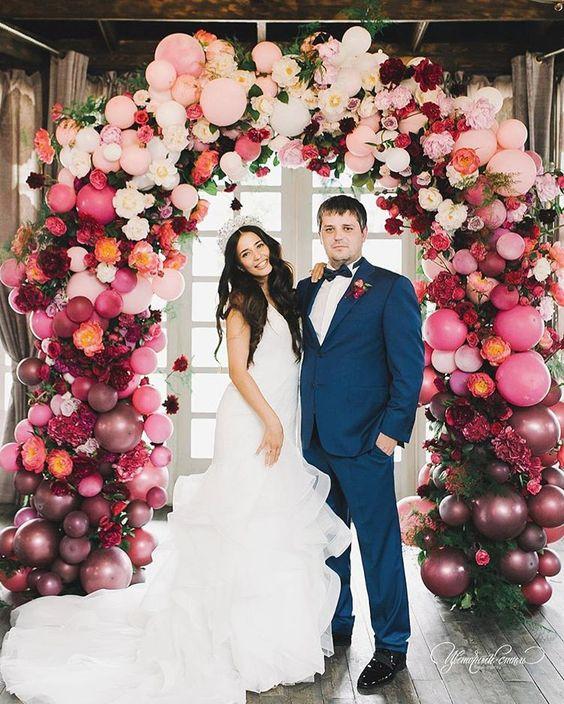 OMG este arco de balão de casamento é INSANE! Ame os tons da jóia e a linda noiva.