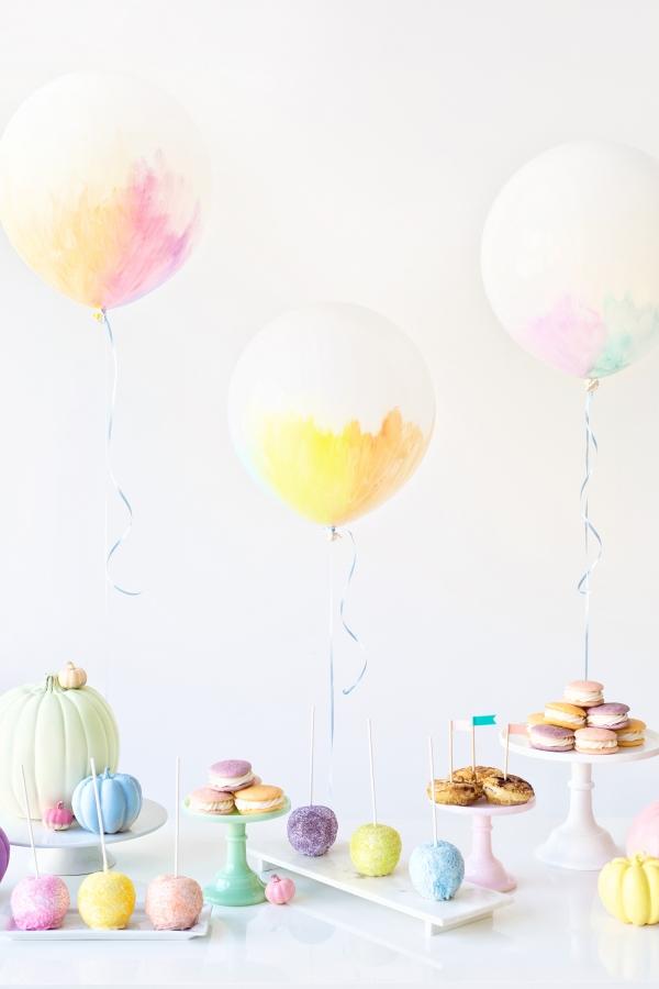 Ame esses balões pintados de pastel para um casamento ou um banho de bebê.