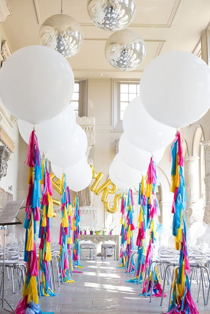 Casamento brilhante e branco com balões de grandes dimensões, borlas e glamour. Ame!!