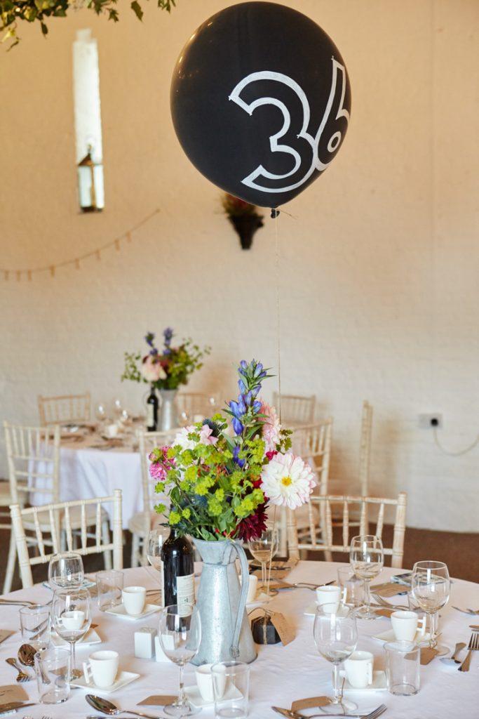 Uma idéia de casamento tão única! Números de mesa feitos de balões. #faça você mesmo