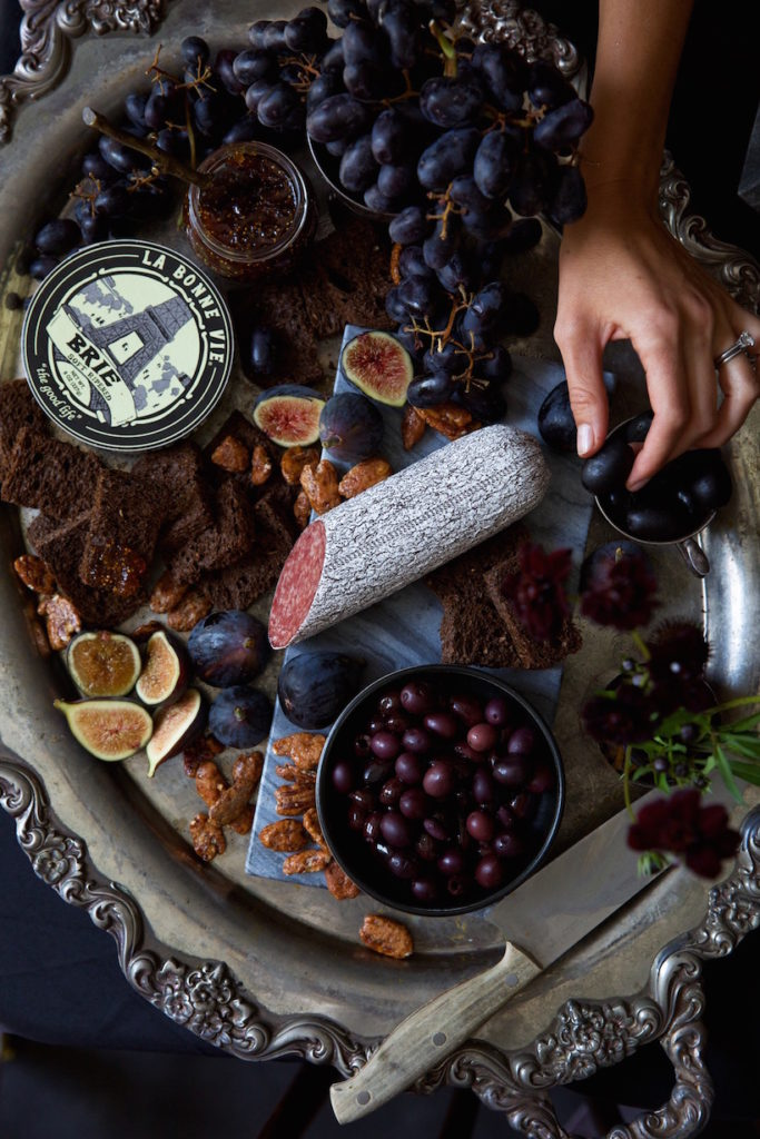 This dark charcuterie board is so pretty! Spooky and classy halloween party food.