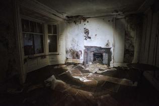 Skinburness-Hotel-living-room-fireplace