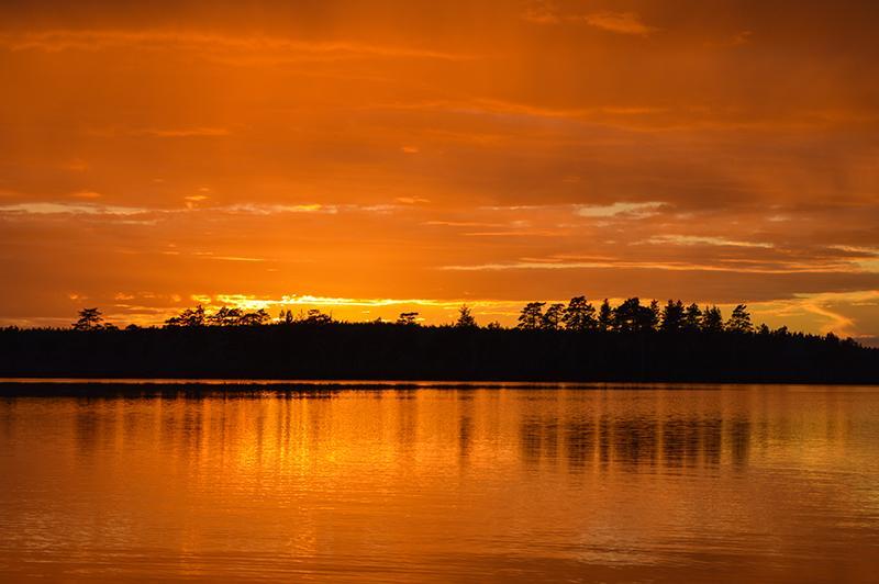 Met de kano op beversafari in Dalarna zonsondergang rode lucht