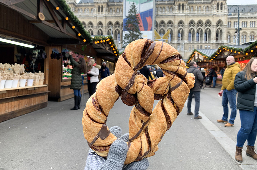 Citytrip Wenen in de winter - pretzel met chocolade op de kerstmarkt