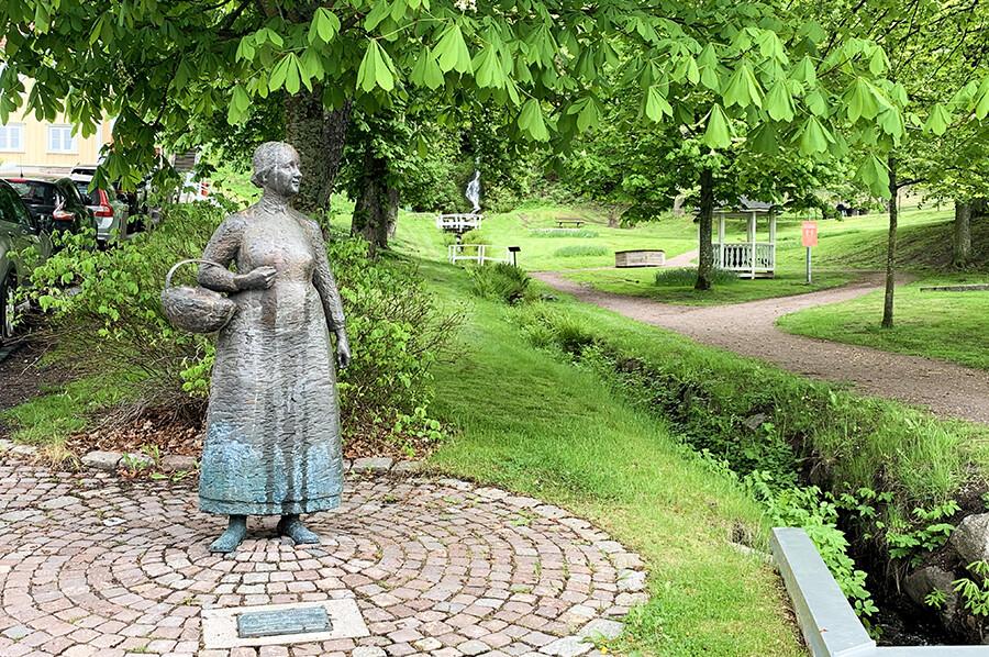 Standbeeld Amalia Eriksson in Gränna - sommarmorgon.com