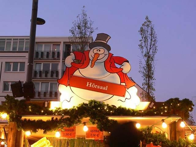 Weihnachtsmarkt in Hamburg und Glühweinstand