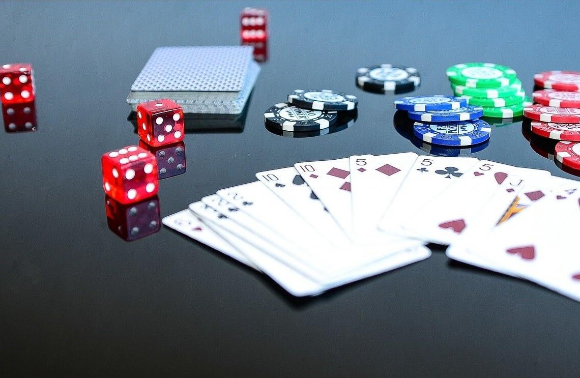 Glücksspiel im Casiono - Chips, Karten, Würfel
