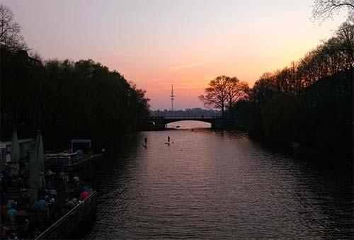 Stand Up Paddling auf der Alster in den Sonnenuntergang
