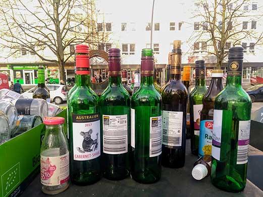 Aktionswoche Alkohol: Das Bild zeigt leere Weinflaschen auf einem Altglascontainer