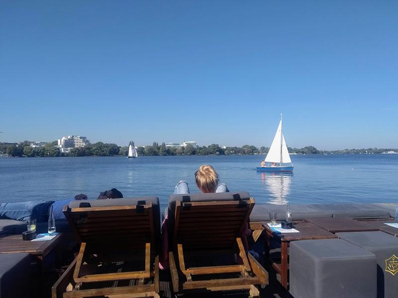 Relaxen im Sommer auf einem Alster-Steg