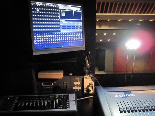 Vista de l'equip de llums des de la cabina dels tècnics.