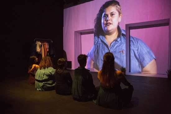 Un grupo de performers mira hacia el oriente - (c) Jordi Buxó