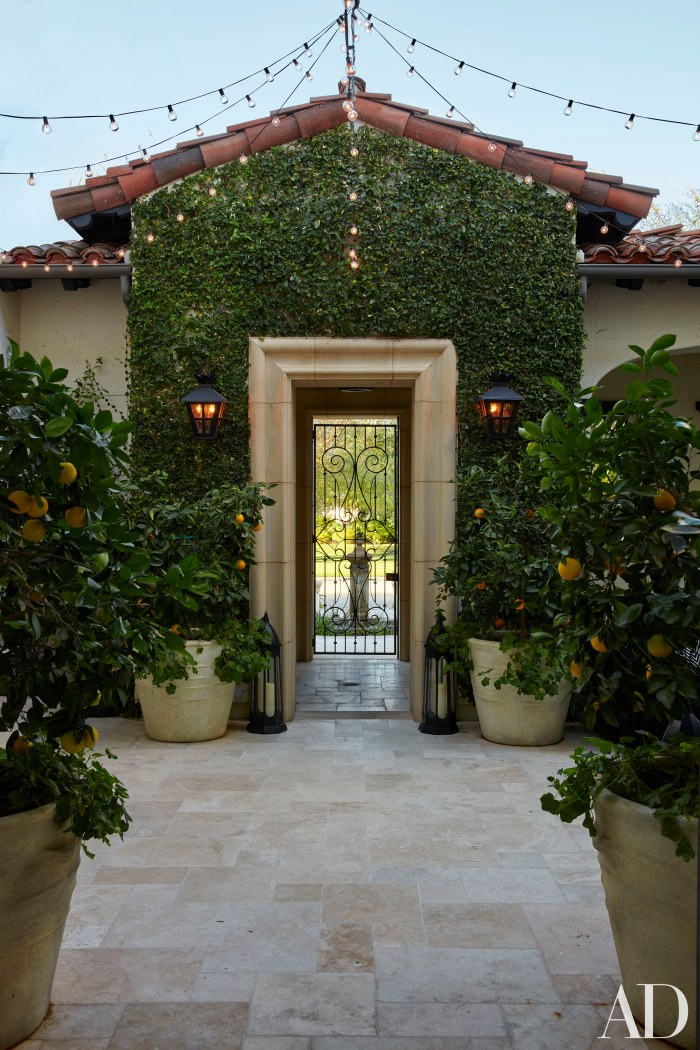 Entrance to Chloe kardashian's courtyard, Image Source: Architectural Digest