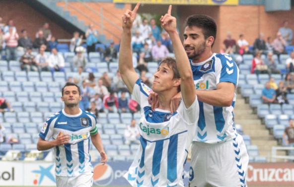 Alexander celebrando un gol con Chuli. Foto: http://huelvabuenasnoticias.com