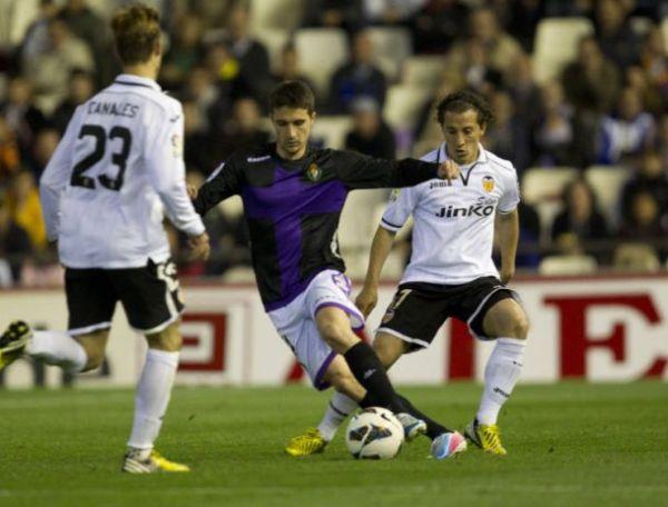 Omar Ramos entre Canales y Guardado. Foto: www.pucelanos.com