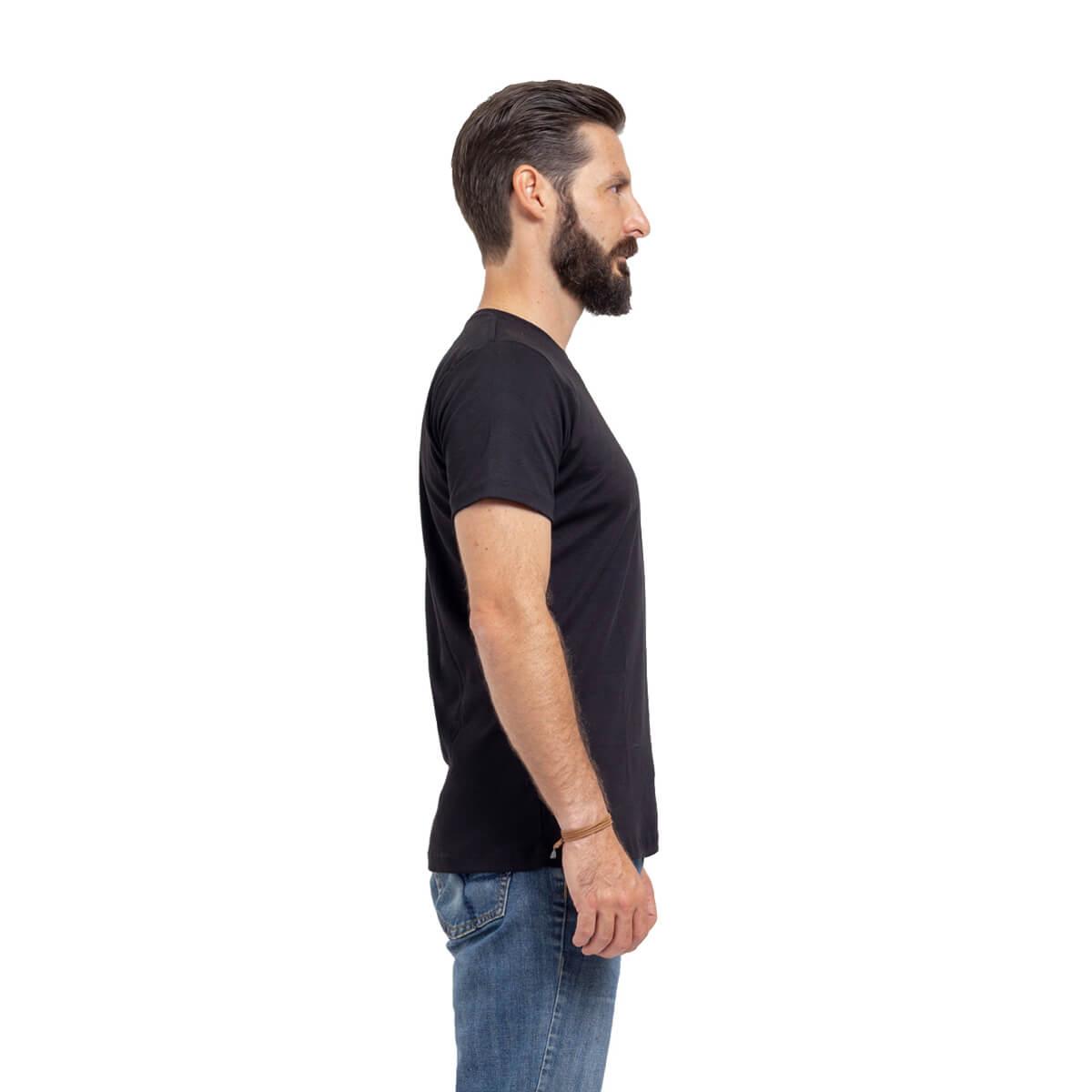 Franela esencial cuello redondo negro hombre lado
