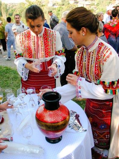 Македонски девойчета сипват руйно винце :)