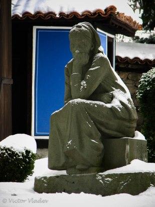Паметник на майката в двора на къщата на Димчо Дебелянов