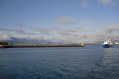 De nuevo el barco pesquero. Una curiosidad de Reikiavik es su fundación. La tradición vikinga era tirar un tronco de un árbol al agua y en el lugar donde volviese se construiría un poblado. Debido a la perfecta localización se convirtió en una ciudad y un puerto enorme. Reykjavik significa bahía humeante