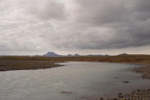 Al fondo: Montañas y glaciares. El río tiene un color especial debido a sus componentes, sobre todo azufre y sílice. A pesar de todo, en Islandia el agua no es ningún problema, en todos sitios se encuentra descontaminada y en perfecto estado. El agua es potable en todas partes, y totalmente natural.
