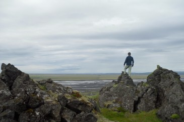 En este momento me encuentro en una montaña no muy alta. De esta montaña bajan las cataratas de Seljalandfoss. Al fondo, un río causado por el derretimiento de un glaciar situado bajo un volcán. Continuamos el camino pero no pudimos seguir, así que decidimos hacer autostop