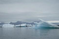 Bajo el glaciar de vatnajökull se encuentra un enorme lago glaciar. El lago glaciar es muy reciente, surgió en los años 70 por causa del calentamiento global. Actualmente, el glaciar retrocede de 200 a 300 metros por año. Cuando uno se encuentra en el lago se oyen romper los grandes icebergs y gotear su deshielo en el agua del lago.