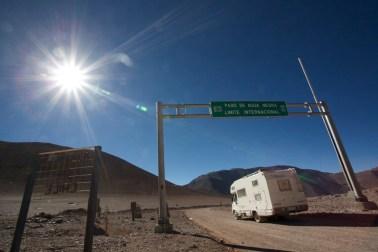 Frontière géographique à 4780 m d'altitude. Les deux frontières administratives sont de chaque côtés à 80 km à 2000 m d'altitude