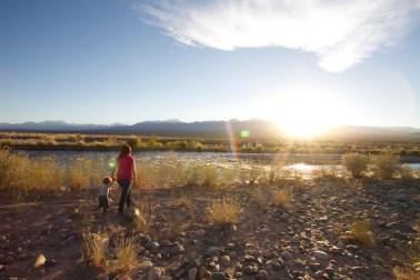BARREAL / Coucher de soleil sur les Andes, et au milieu coule la rivière Calingasta