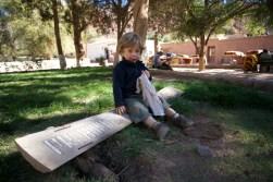 PURMAMARCA / Nils assit sur le panneau qui interdit de s'asseoir… dans l'herbe