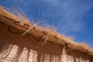 Susques / Chapelle - détail du muret en pisé qui entoure le cimetière