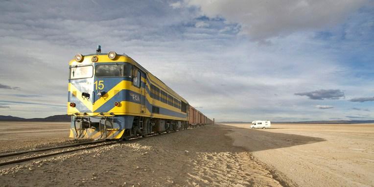 SUD LIPEZ / Ligne de chemin de fer au milieu du salar de San Juan