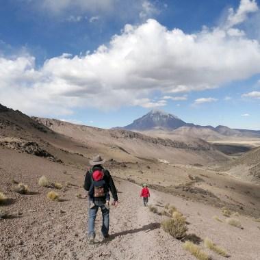 PN SAJAMA / Descente vers les geisers avec le volcan Sajama en toile de fond (plus haut sommet de Bolivie). Vous remarquerez évidement mon superbe chapeau de cow-boy fait sur mesure à Sucre :-)