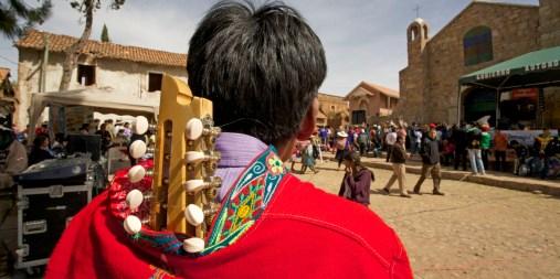 PN TOROTORO / Fête du village : un joueur de charango attend son tour