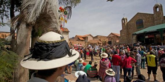 PN TOROTORO / Fête du village : les villageois défilent au son des charango et des zamponas (flûtes de pan). Sur la place du village, les villageois forment deux cercles concentriques, les femmes à l'intérieur en agitant des drapeaux blancs et les hommes à l'extérieur jouent une musique un poil cacophonique et lancinante.