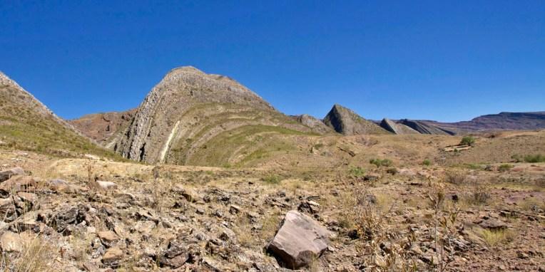 PN TOROTORO / Environs du village : les plaques soulevées et tordues forment un paysages escarpé laissant apparaitre les fossiles
