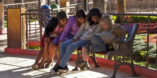 PN TOROTORO / Anna montre des photos du voyage à ses nouvelles copines