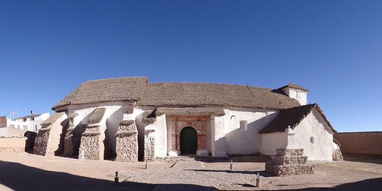 CURAHUARA DE CARANGAS / A mi-chemin d'Oruro et de Sajama, la chapelle sixtine de l'altiplano en adobe au toit de chaume. Perdu au milieu d'un paysage désertique, cette charmante église renferme une profusion de ravissantes fresques naïves du XVIIe représentant des thèmes mestizos et des scènes bibliques. A voir absolument !