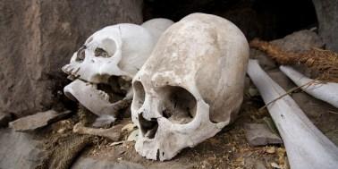 CANYON DE COLCA / Balade sur les hauteurs de Coporaque : sépultures incas au pied de la falaise. Crâne allongé inca ?