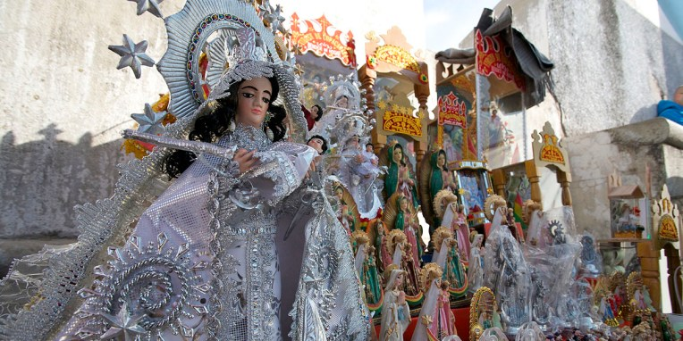 LAC TITICACA / A Copacabana, articles religieux mis en vente au pied de la cathédrale