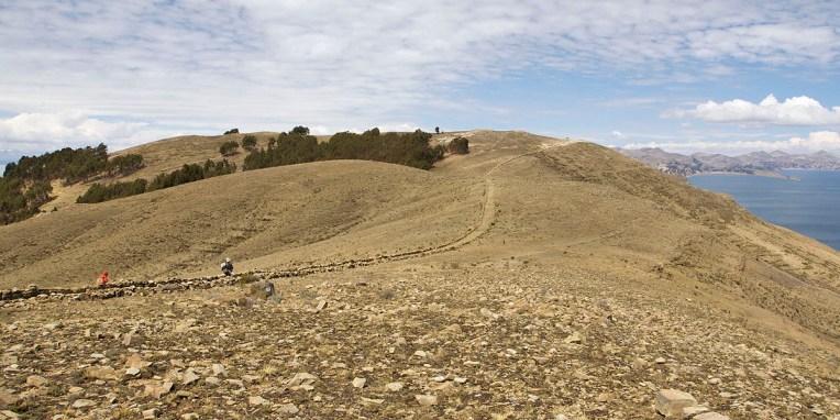 LAC TITICACA / Sur le sentier entre les pointes nord et sud de l'ile.