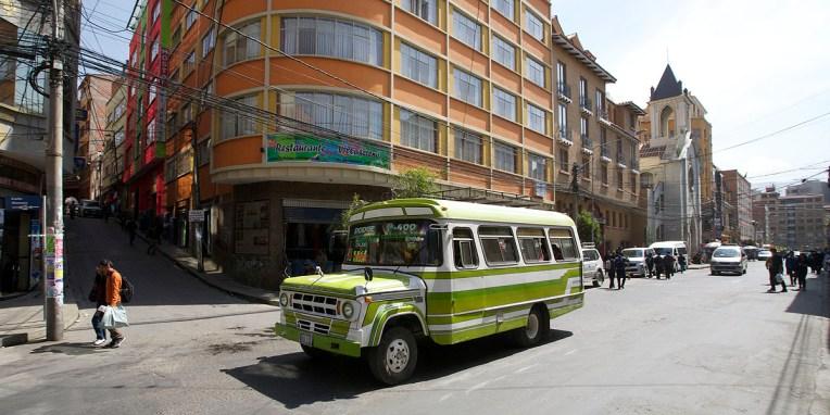 """LA PAZ / Un """"micro"""" qui nous enmméne du quartier aisé de Mallasa où se trouve notre hotel-stationnement jusqu'au centre-ville pour 1 bol/pers"""