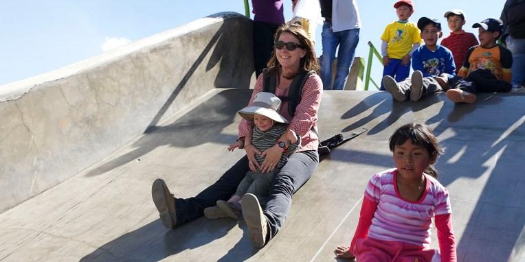 LA PAZ / Nelly et Nils descendent un toboggan géant du parc Laikacota
