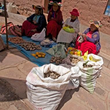 LAC TITICACA / Jour de marché sur la plaza de Arma de Llachon (Santa-Maria)