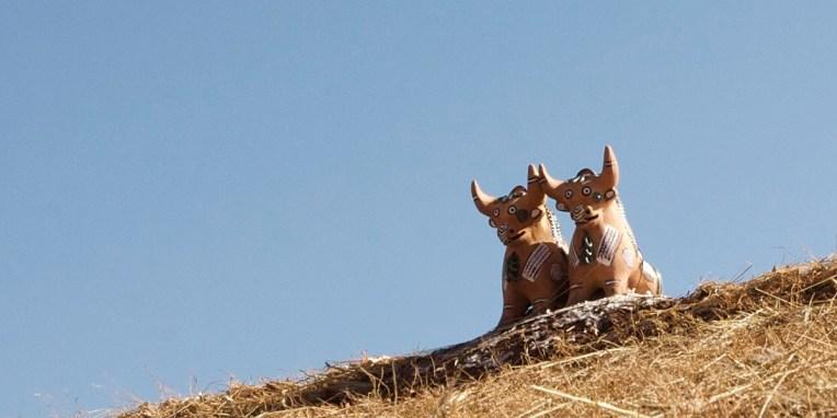 SILLUSTANI / Tradition locale d'installer un/deux toros sur le faîte du toit pour porter chance aux propriétaires