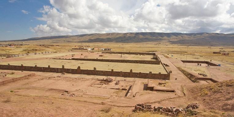 TIWANAKU / A qq km de la rive sud du Tititcaca, le site en lui-même n'a rien de remarquable. Il reste heureusement qq monolithes gravés, des portes en pierres, et un musée de la céramique intéressant. On sait que ce fut un centre cérémoniel il y a plus de 1000 ans quieu une influence importante sur le vaste empire Inca. Comme bien souvent, l'or a été pillé par les Espagnols et les pierres et poteries détruites par les fanatiques religieux…