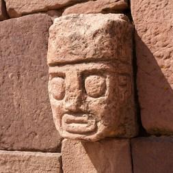 TIWANAKU / Détail d'une fosse acoustique dont les murs sont couverts de 175 visages sculptés dans la pierre