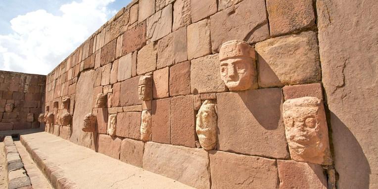 TIWANAKU / Fosse acoustique dont les murs sont couverts de 175 visages sculptés dans la pierre
