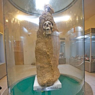 TIWANAKU / Dans le musée du site. En faisant une rapide recherche sur les momies aymaras, voici ce que je trouve…