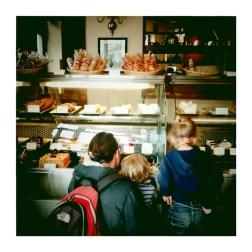 LIMA / Un petit crochet par une boulangerie qui se présente à la française... Mais qu'est ce qui attire leur attention ?