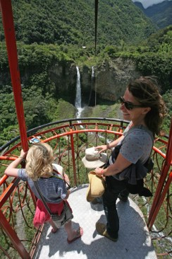 VALLEE DE BANOS / A bord d'une tarabita vers la cascade